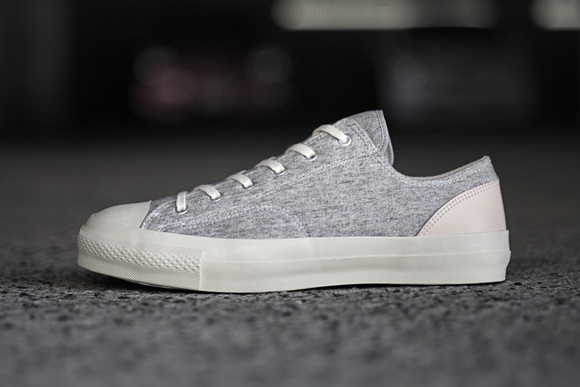 The whole body of the pair! Water-repellent sneakers CURLY is now on sale.